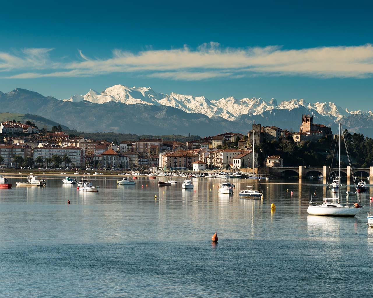 Puerto de San Vicente de la Barquera y los Picos de Europa al fondo